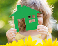 Kind schaut durch Papphaus
