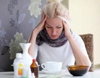 Frau erkältet, Medikamente, Tasse