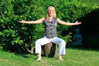 Frau auf Baumstumpf sitzend, Arme