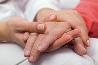 Junge Hände halten alte Hand