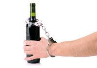 Weinflasche an Hand gekettet