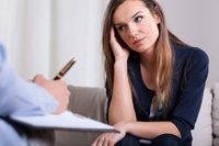 Frau bei Therapeut