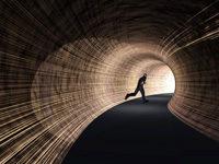 Mann läuft durch Tunnel