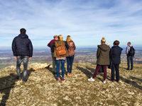 Wandergruppe genießt Aussicht