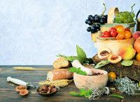 Obst, Gemüse in Schalen und Körbchen