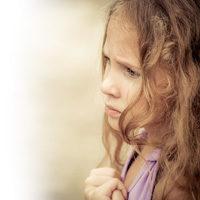 Profil-Portrait junger Frau, leidend