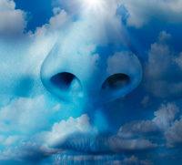 Gesicht und Mund im Himmel mit weißen Wolken