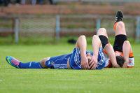 2 Fußballer auf Boden liegend