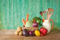 Gemüse, Korb, Kanne mit Holzlöffeln