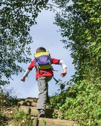 Junge wandert mit Rucksack