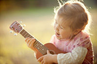 Kleines Mädchen spielt Gitarre