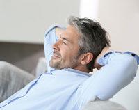 Mann entspannt, Hände hinter Kopf