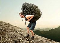 Bergsteiger mit Riesenrucksack