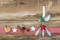 Weihnachtlich dekoriertes Besteck, Gebäck u.a.