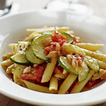Nudeln mit Zucchini-Tomaten-Kaki Sauce