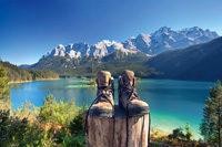 Wanderschuhe vor Bergen