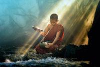 Tibetischer Jungmönch am Wasser