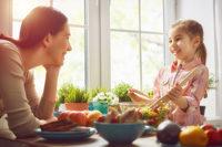 Mutter und Töchterchen beim Salatzubereiten
