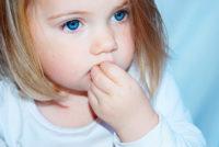 Kleines Mädchen, Finger im Mund