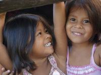 Zwei dunkelhäutige Mädchen