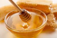 Schale mit Honig und Waben