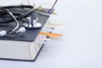 Buch, Stetoskop, Brille