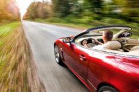 Rotes Cabrio auf Landstraße