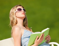Frau mit Sonnenbrille u.Buch