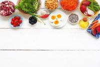 Verschiedene Nahrung in Schalen