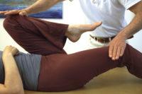 Therapeut behandelt Beine