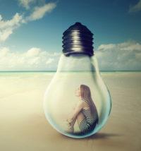 Frau in Glühbirne