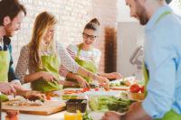 Junge Leute bereiten Essen zu
