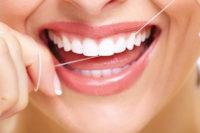 Frau Zähne und Zahnseide
