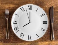 Uhr als Teller, Besteck