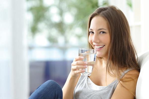 Mädchen will Glas Wasser trinken