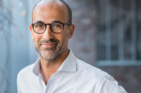 Mann mit Brille, weißes Hemd