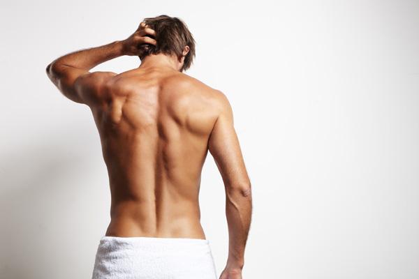 Rücken eines jungen Mannes