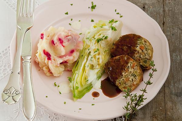 Nussbraten mit Kartoffel-Rote-Bete-Püree und Spitzkohl mit Zitronenrahm