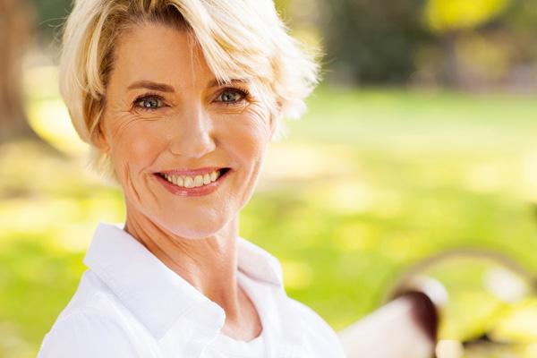 Lächelende blonde Frau