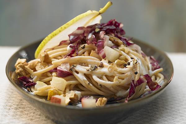 Nudeln mit Radicchio und Walnuss-Birnen-Sauce