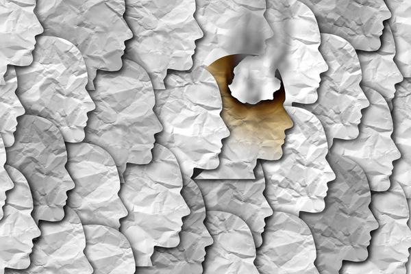 Profilgesichter aus Papier, ein Kopf qualmt