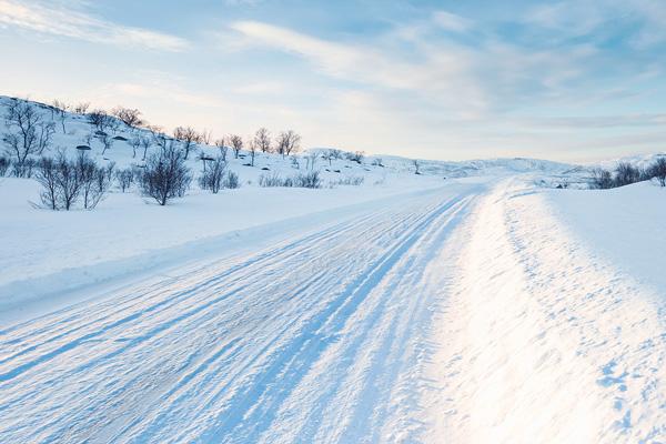 Schneelandschaft, verschneite Straße