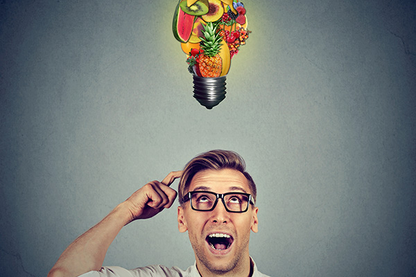Bebrillter Mann, Glühbirne gefüllt mit Gemüse u. Obst