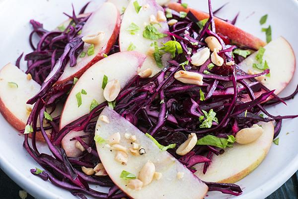 Rotkohlsalat mit Erdnüssen