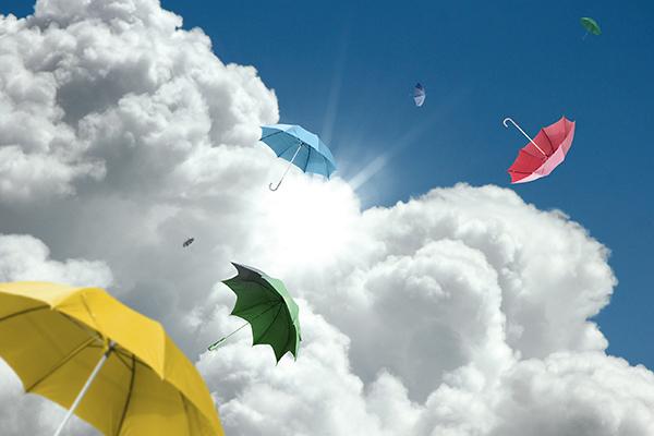 Bunte Schrime fliegen in Wolken
