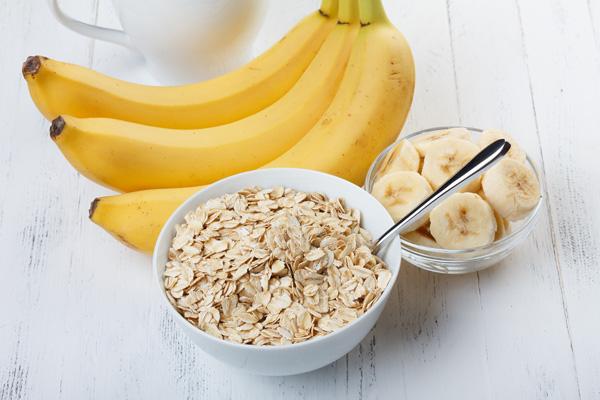 Haferflocken in Schale und Bananen