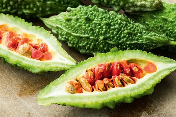 Bittermelonen, aufgeschnittene und ganze Frucht