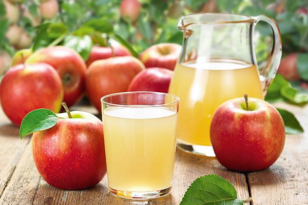 Krug und Glas mit Apfelsaft und rote Äpfel